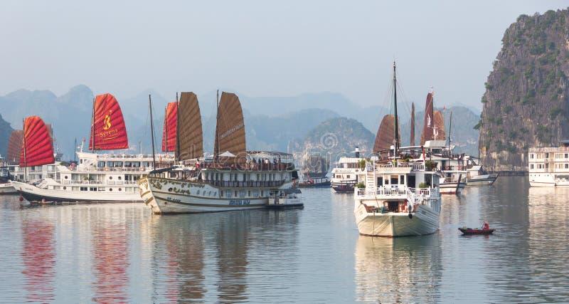 Barcos de cruceros en la bahía larga de la ha, Vietnam imagenes de archivo