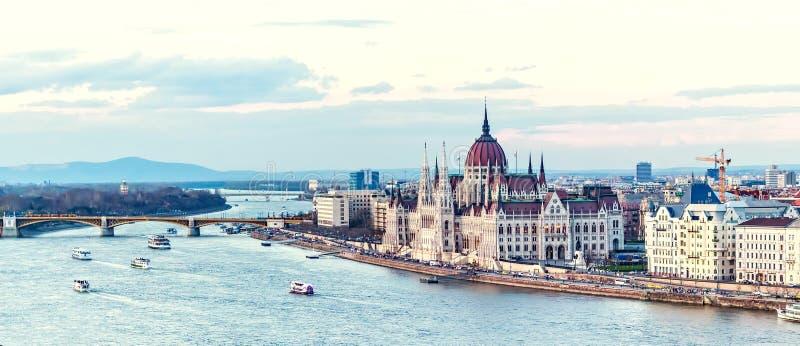 Barcos de cruceros en la puesta del sol en el río Danubio fotografía de archivo