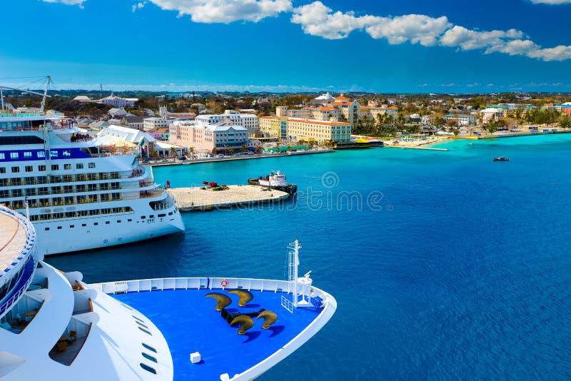 Barcos de cruceros en Nassau Bahamas imagenes de archivo