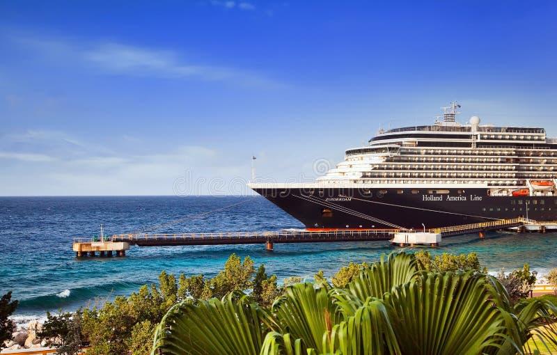 Barcos de cruceros en puerto imagen de archivo