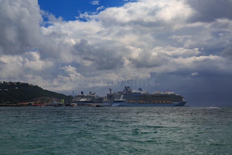 Barcos de cruceros en St Maarten foto de archivo libre de regalías