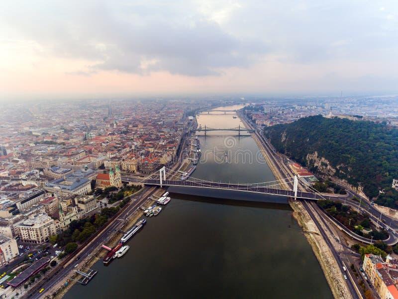 Barcos de cruceros y transbordadores por la tarde en el río Danubio en Budapest, Hungría fotografía de archivo libre de regalías