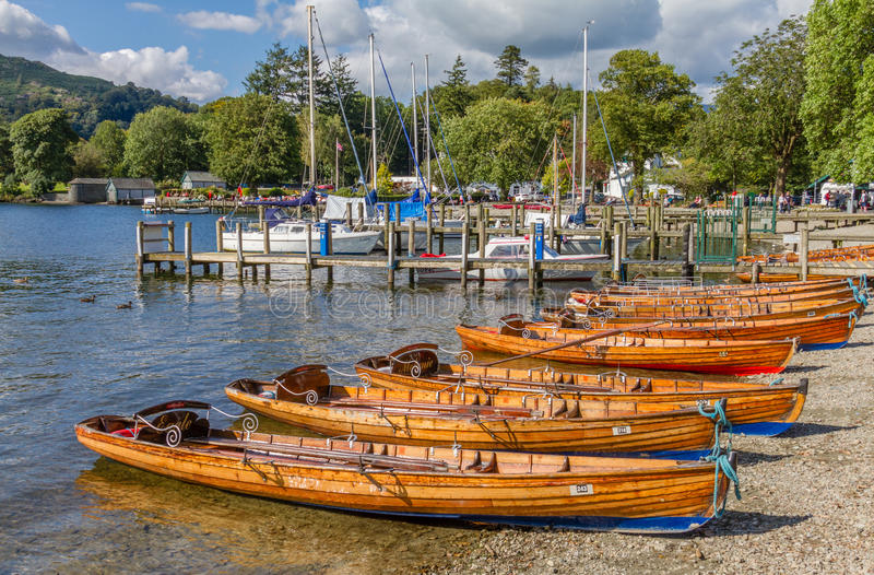 Barcos de enfileiramento em Ambleside no lago Windermere, Cumbria fotos de stock royalty free