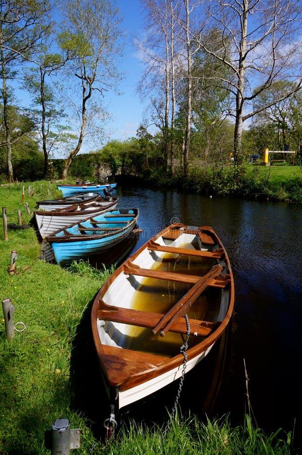 Barcos de enfileiramento em killarney foto de stock royalty free