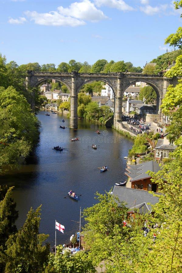 Barcos de enfileiramento no rio Nidd, Knaresborough fotografia de stock