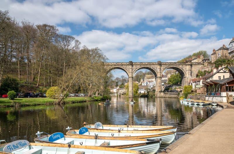 Barcos de enfileiramento para o aluguer em Knaresborough com rio Nidd e viaduto da estrada de ferro fotos de stock royalty free