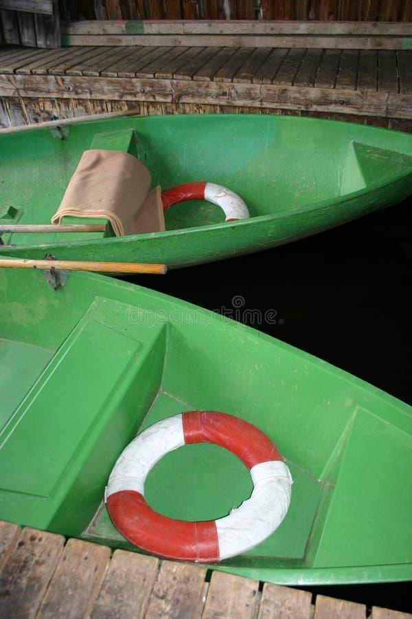 Barcos de enfileiramento verdes fotos de stock royalty free