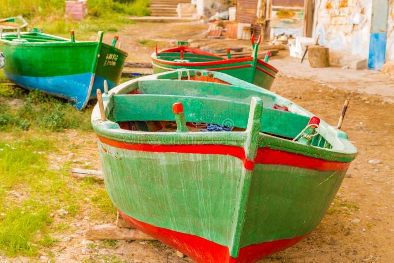 Barcos de enfileiramento verdes imagens de stock royalty free