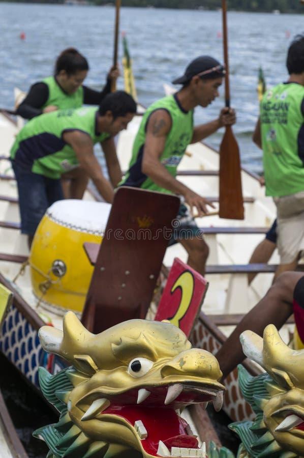 Barcos de fila nativos de los deportes parqueados en a orillas del lago durante Dragon Cup Competition imagen de archivo libre de regalías