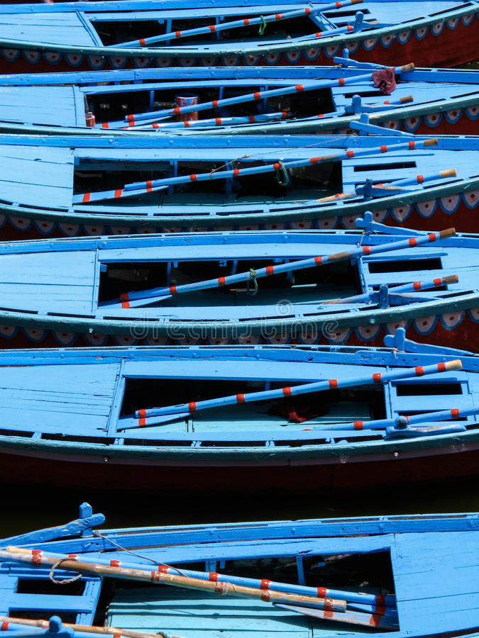Barcos de fileira que flutuam no Ganges River em Varanasi, Índia imagem de stock royalty free