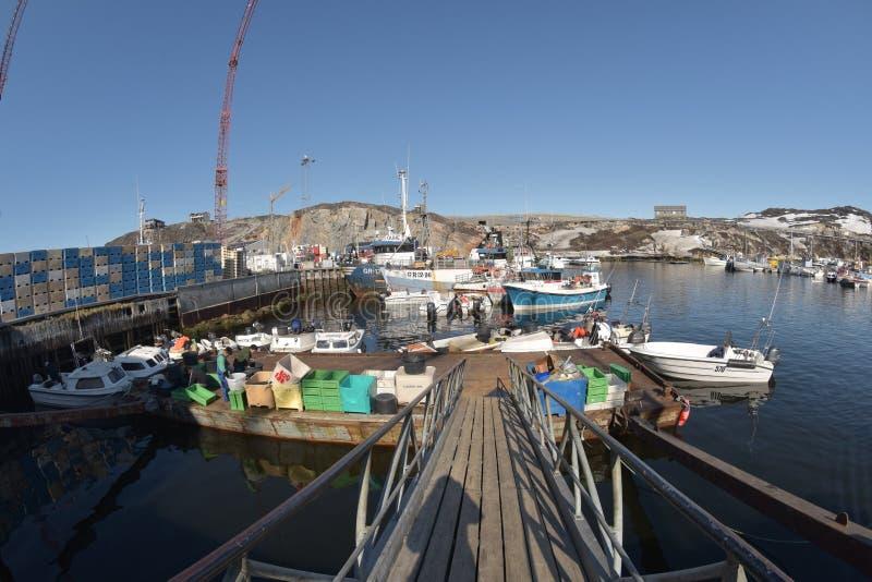 Barcos de Fishermans no oceano ártico no fuzileiro naval de Ilulissat, Gronelândia Em maio de 2016 fotografia de stock royalty free