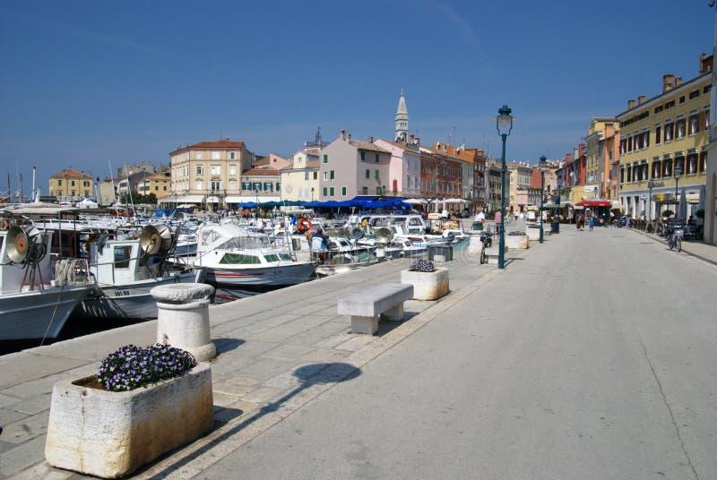 Barcos de la calzada y de motor en el puerto de Rovinj foto de archivo