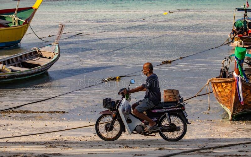 Barcos de la cola larga en el mar de Andaman, Tailandia - paraíso tropical con la motocicleta imagen de archivo libre de regalías