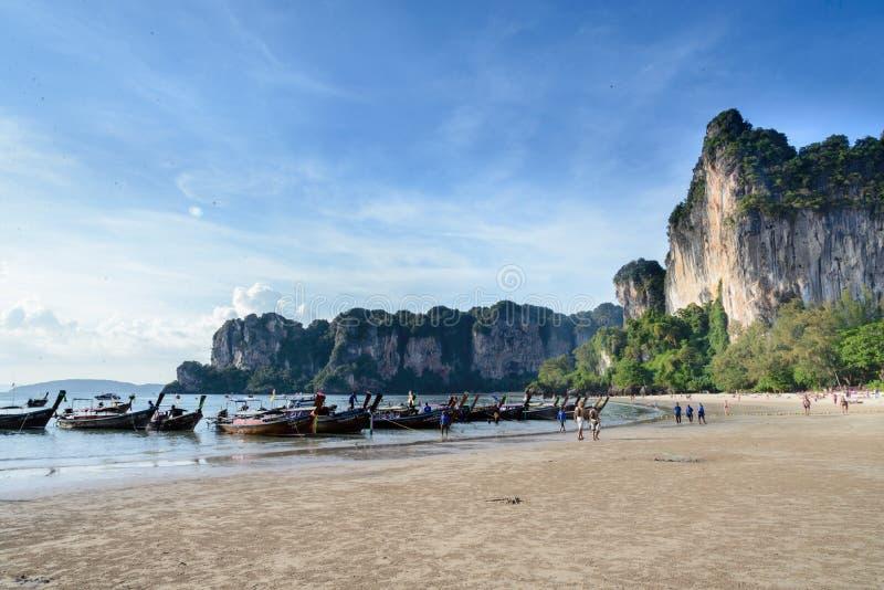 Barcos de la cola larga en la playa de Railay, Krabi, Tailandia imagenes de archivo