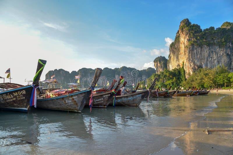 Barcos de la cola larga en la playa de Railay, Krabi, Tailandia imagen de archivo libre de regalías