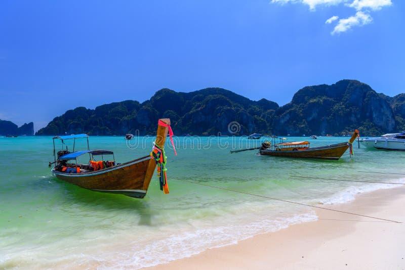 Barcos de la cola larga en la playa tropical, Phi Phi Don, mar de Andaman, Kra imagen de archivo