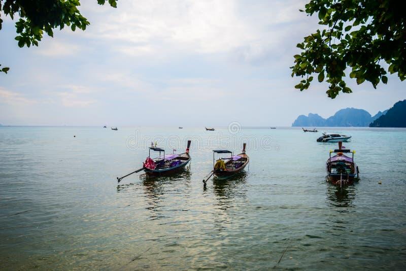 Barcos de la cola larga, playa tropical, mar de Andaman, Tailandia fotografía de archivo
