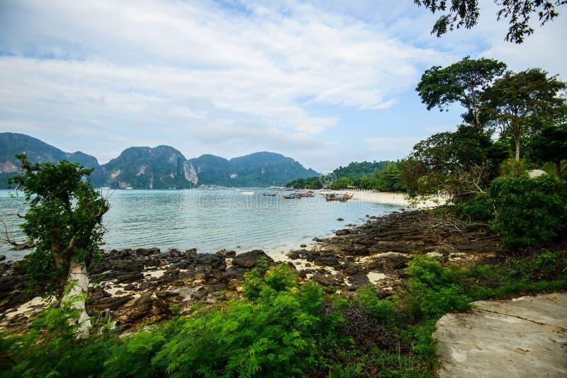 Barcos de la cola larga, playa tropical, mar de Andaman, Tailandia fotografía de archivo libre de regalías