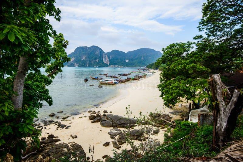 Barcos de la cola larga, playa tropical, mar de Andaman, Tailandia fotos de archivo