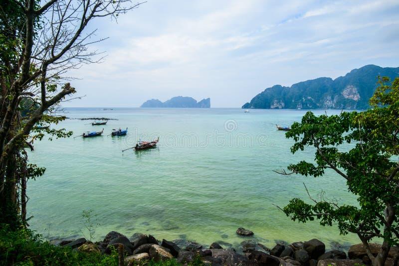Barcos de la cola larga, playa tropical, mar de Andaman, Tailandia imágenes de archivo libres de regalías