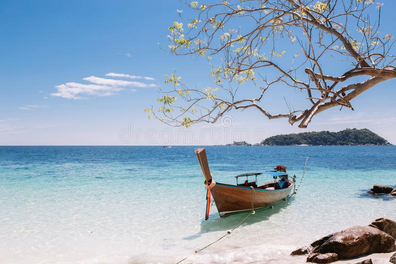 Barcos de la cola larga que amarran en la playa y el mar imagenes de archivo