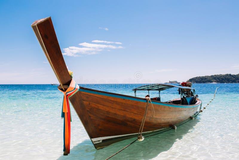 Barcos de la cola larga que amarran en la playa y el mar imagen de archivo libre de regalías