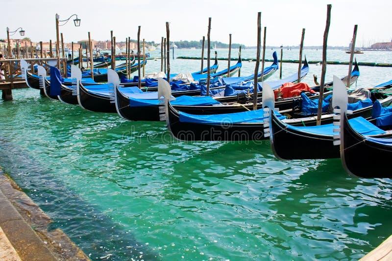 Barcos de la góndola en Venecia fotografía de archivo
