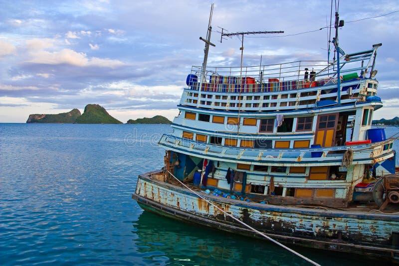Barcos de la industria pesquera en el mar tailandés meridional foto de archivo libre de regalías