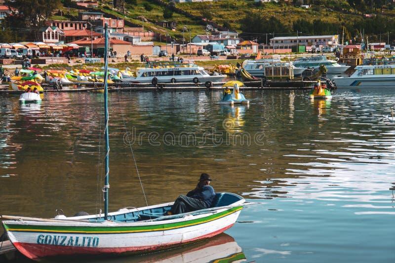 Barcos de la isla del sol en Copacabana, Bolivia fotos de archivo