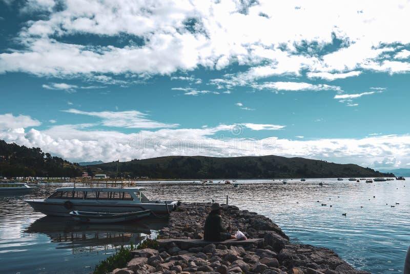 Barcos de la isla del sol en Copacabana, Bolivia imagen de archivo