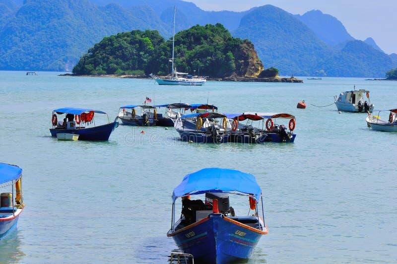 Barcos de la lupulización de isla a la isla tropical hermosa fotografía de archivo