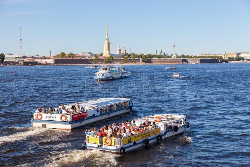 Barcos de la travesía del río en el río de Neva en día soleado del verano fotos de archivo libres de regalías