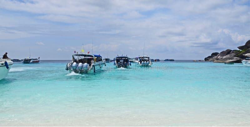 Barcos de la velocidad que viaja en el mar azul de la bahía de Similan en Tailandia fotos de archivo libres de regalías