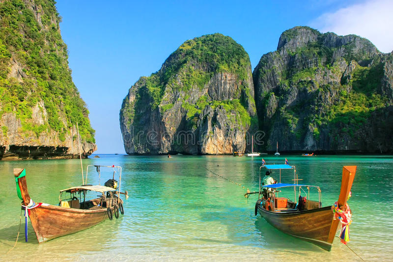 Barcos de Longtail ancorados em Maya Bay em Phi Phi Leh Island, Krabi imagem de stock royalty free