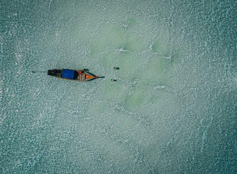 Barcos de Longtail del aire, isla del paraíso, agua cristalina, paisaje que sorprende, en fyre imagenes de archivo
