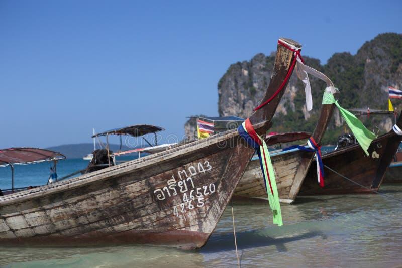 Barcos de Longtail na praia de Railey imagens de stock royalty free