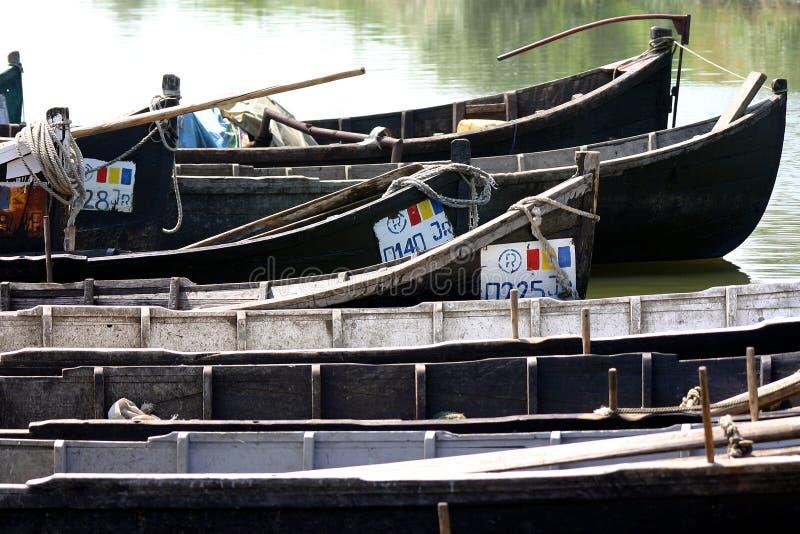Barcos de los pescadores del delta de Danubio fotografía de archivo