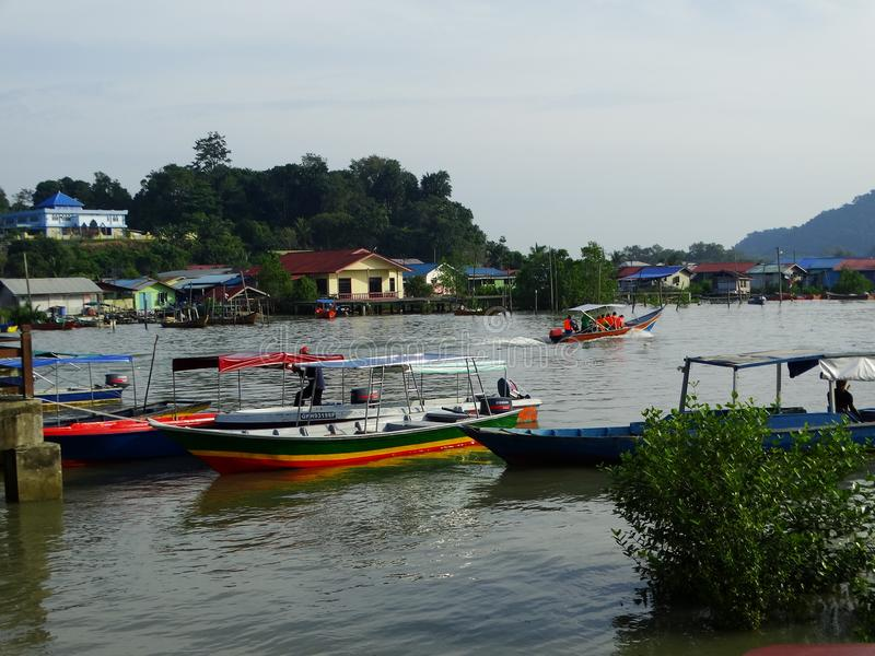 Barcos de los pescadores en el río en Bako, Sarawak, Malasia imágenes de archivo libres de regalías