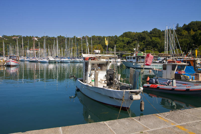Barcos de los pescados en el puerto de SIstiana cerca de Trieste imagen de archivo libre de regalías