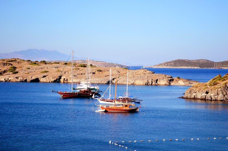 Barcos de madeira em um mar azul calmo fotografia de stock royalty free
