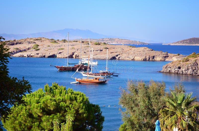 Barcos de madeira em um mar azul calmo foto de stock