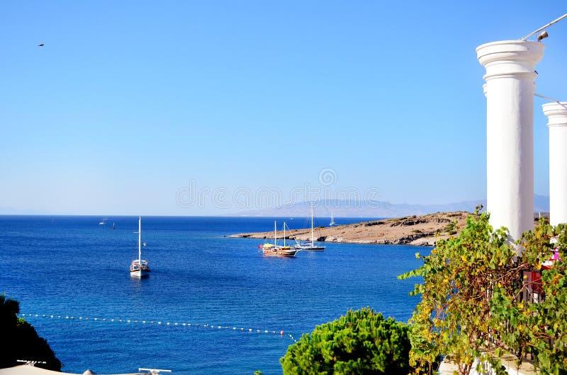 Barcos de madeira em um mar azul calmo imagem de stock