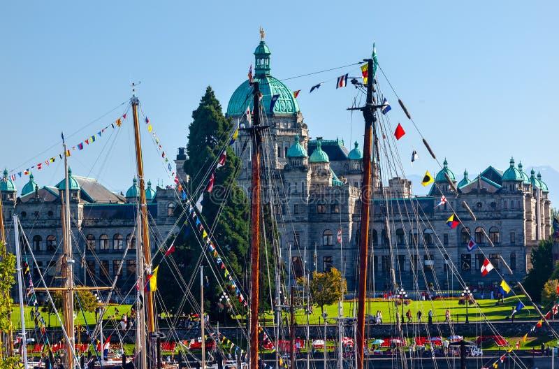Barcos de madeira legislativos Harb interno de Buildiing do capital de província imagens de stock royalty free