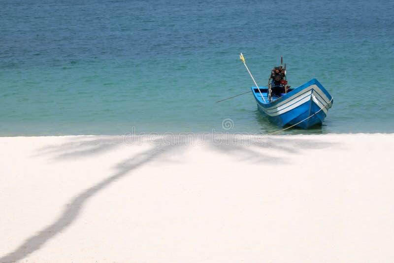 Barcos de madeira locais, praia branca da areia e a sombra do coco t fotografia de stock