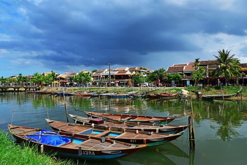 Barcos de madeira no rio na cidade velha de Hoi An imagem de stock royalty free