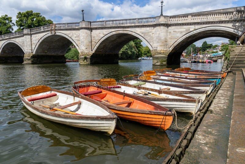 Barcos de madeira para o aluguer amarrados no rio Tamisa fotografia de stock