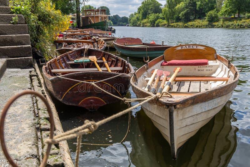 Barcos de madeira para o aluguer amarrados no rio Tamisa fotografia de stock royalty free