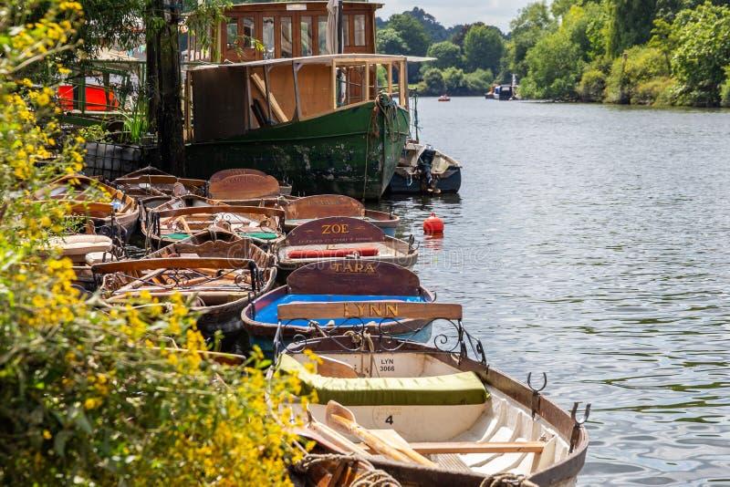 Barcos de madeira para o aluguer amarrados no rio Tamisa fotos de stock royalty free