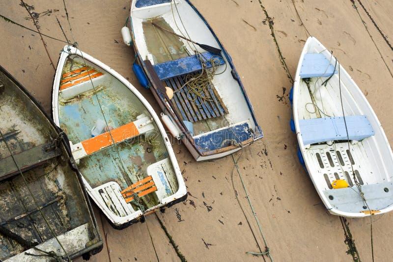 Barcos de madeira pequenos no porto de St Ives fotografia de stock
