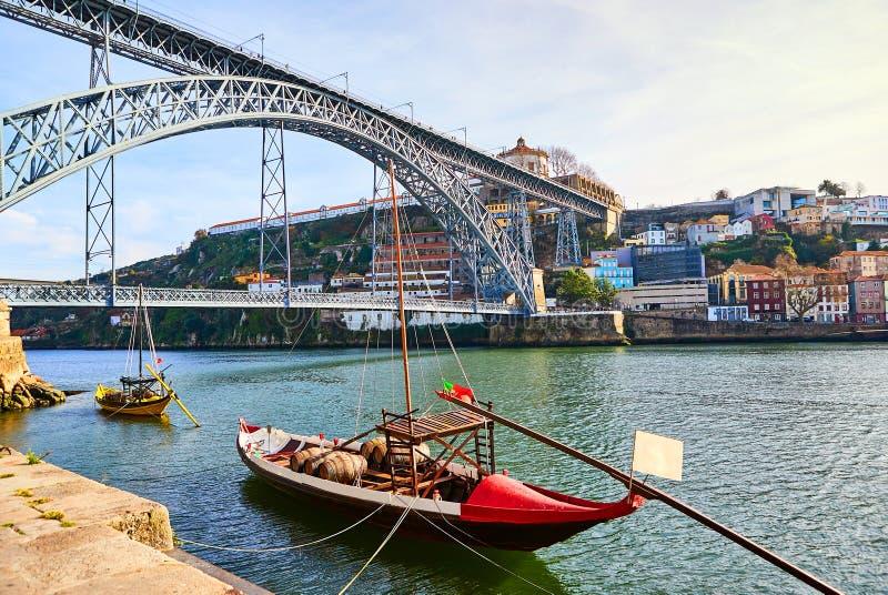 Barcos de madeira portugueses t?picos, chamados ?rabelos dos barcos ?que transportam tambores de vinho no rio Douro com vista na  foto de stock royalty free